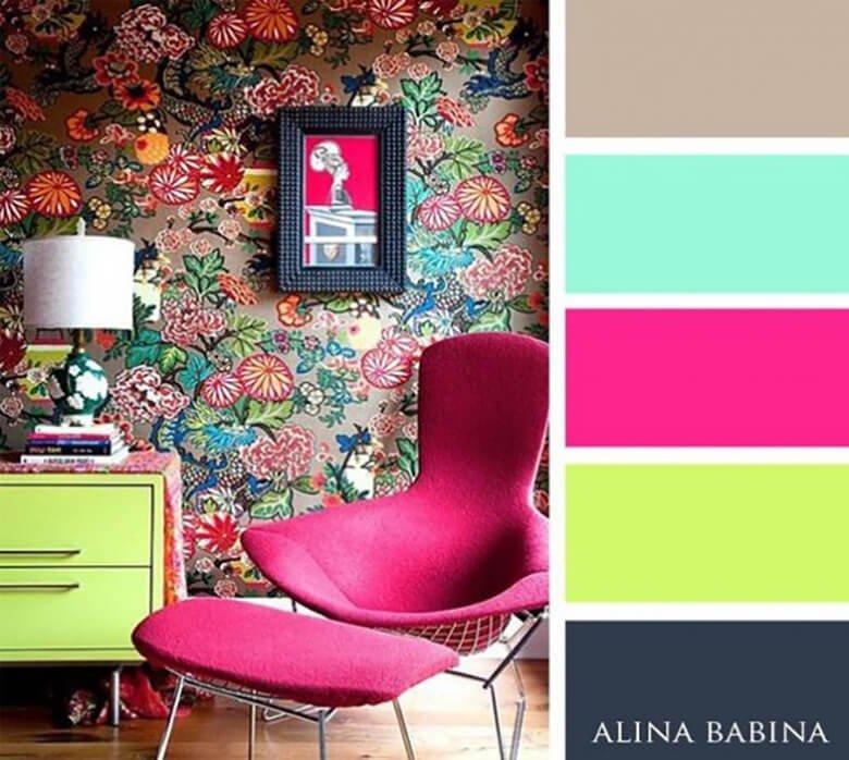 Яркая комната из красно-розового и темно-серого цветов