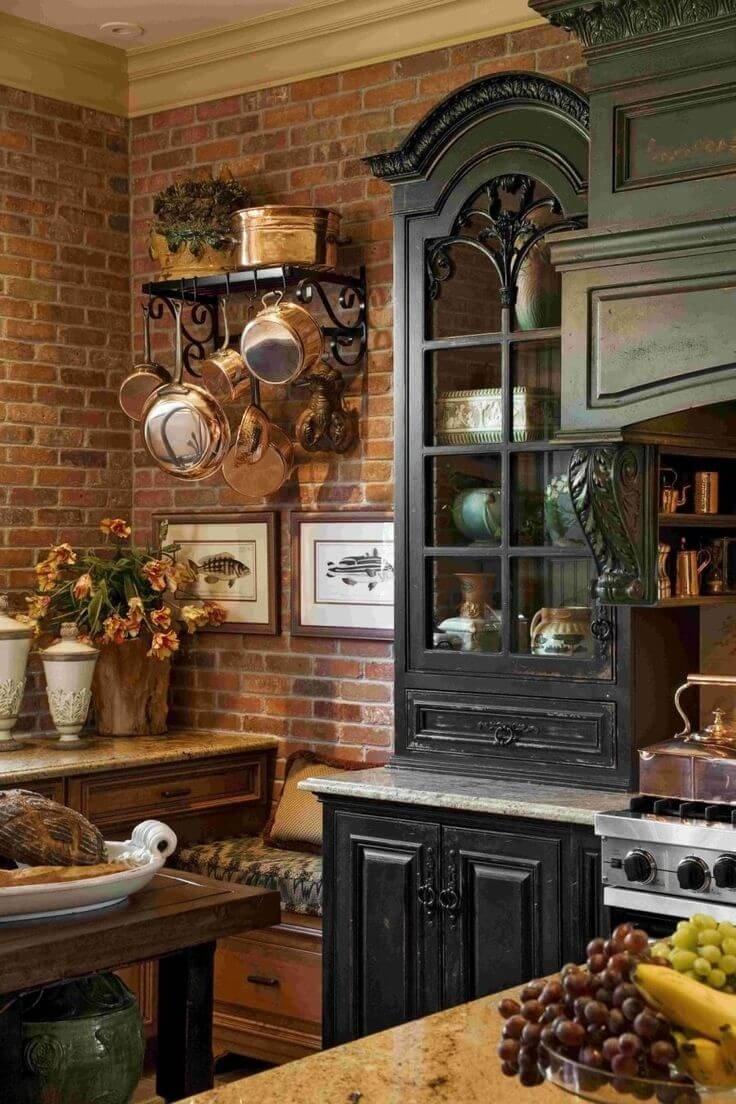 Кухня в стиле кантри со старинным сервантом