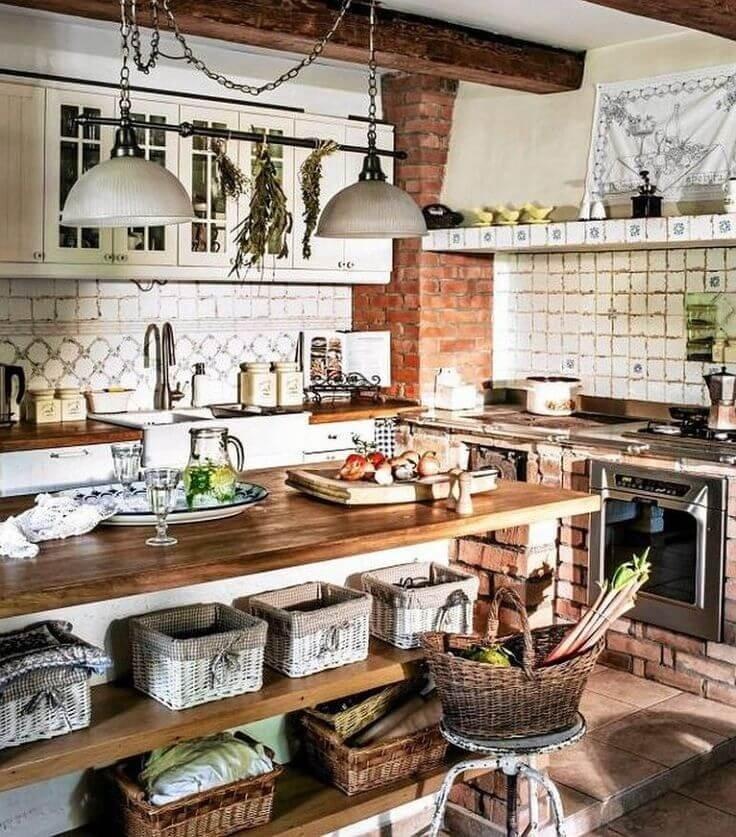 Корзины под старину на кухне в стиле кантри