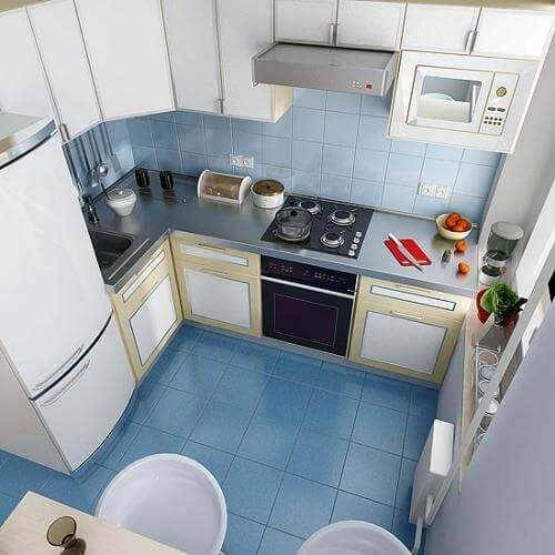 Маленькая кухня с высоким потолком