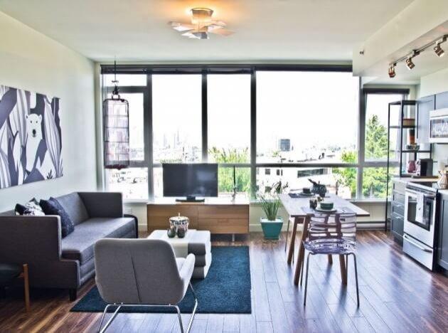 Кухня студия с окном
