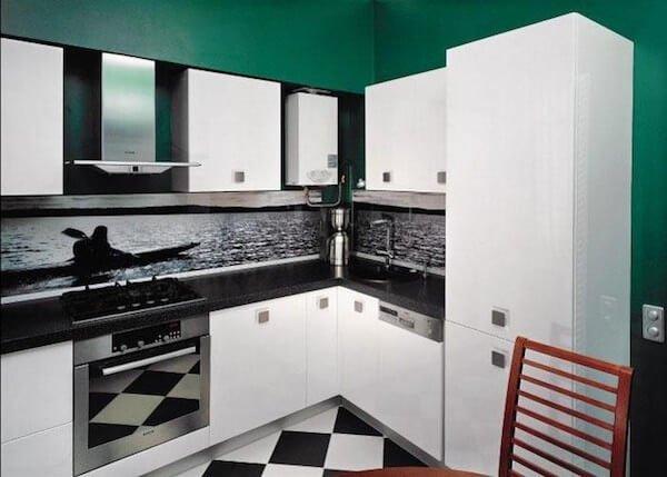 Газовая колонка в между шкафчиками на кухне
