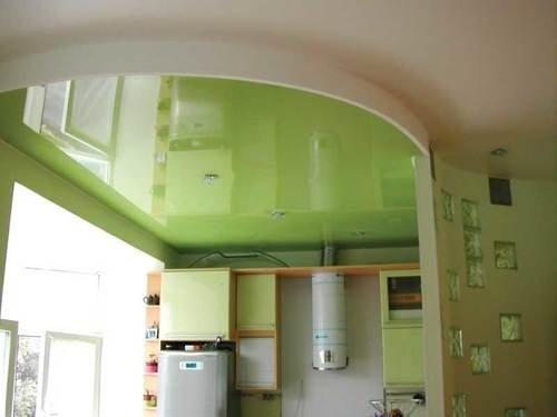 Зеленый потолок, который визуально расширяет пространство