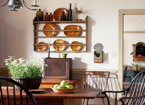 Старинные часы на маленькой кухне
