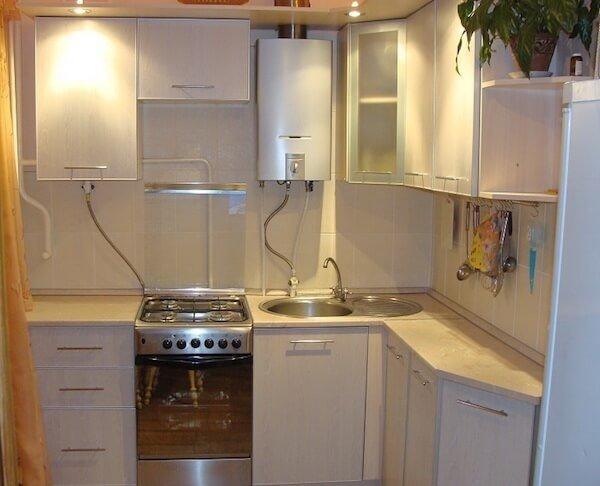 Газовая колонка замаскированная под мебель кухни