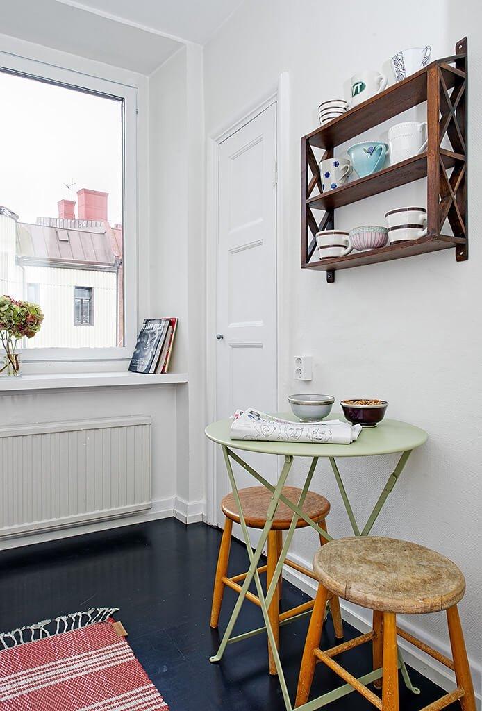 Небольшая красивая светлая кухня с грамотным дизайном