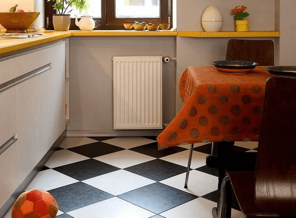 Пол маленькой кухни в шахматных цветах