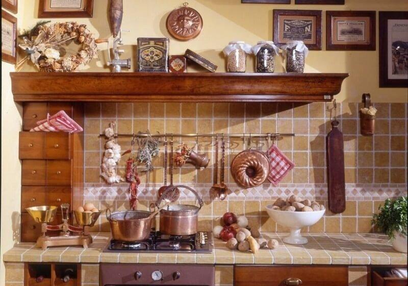 Кухня в стиле кантри, на которой готовится пища
