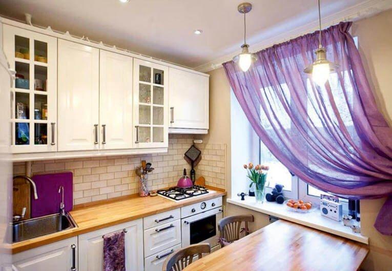 Сиреневые шторы на кухне