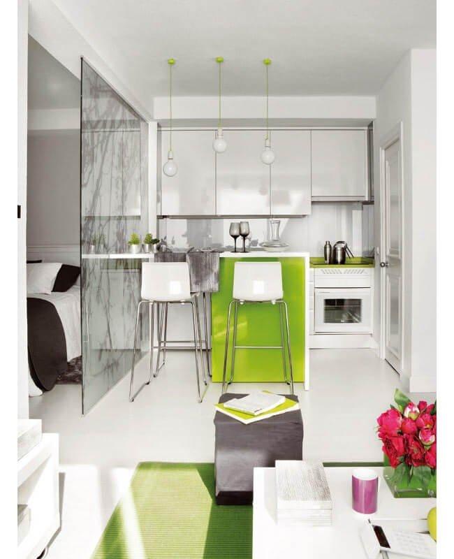 Небольшая кухня в белых цветах и со стеклянной дверью
