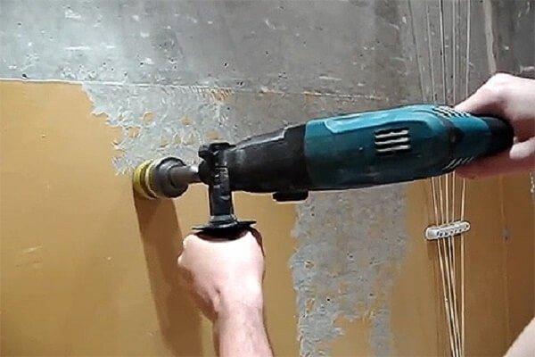Процесс снятия краски с помощью специальной насадки на дрель