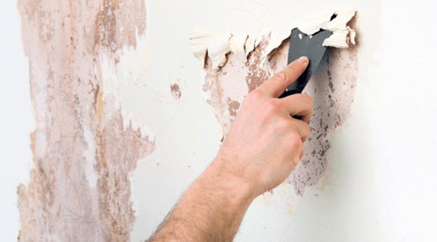 Процесс снятия краски перед поклейкой обоев