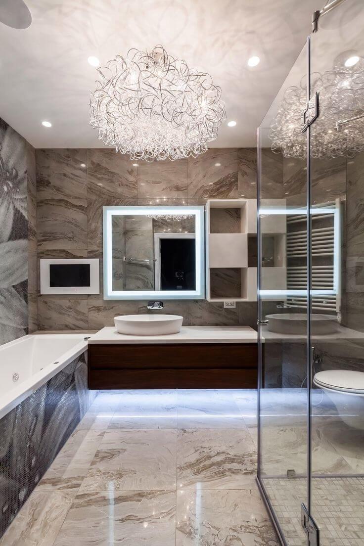 Красивая большая люстра в ванной