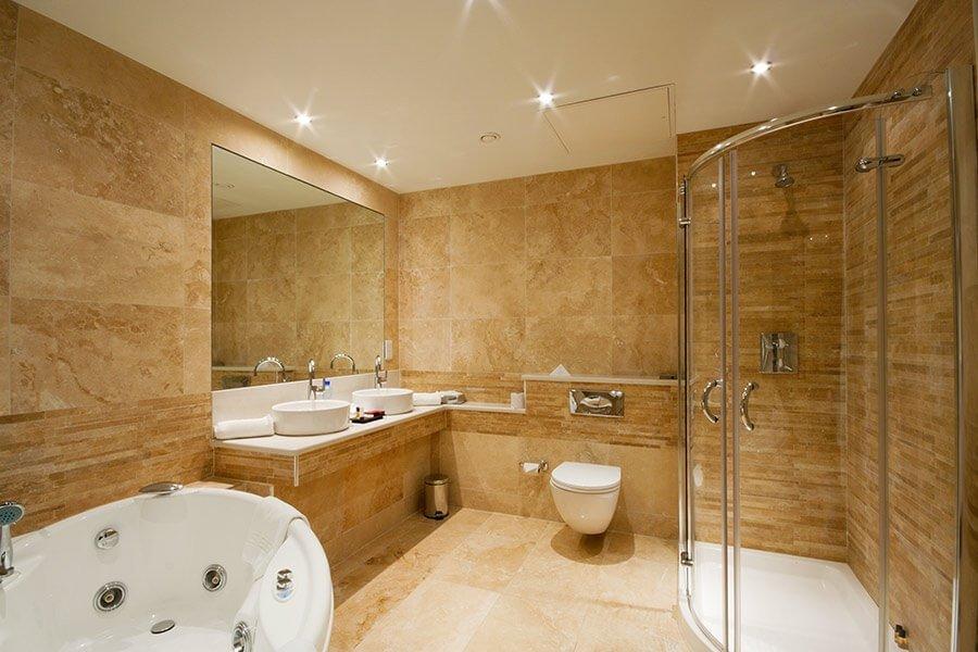 Встроенные лампочки в потолок ванной
