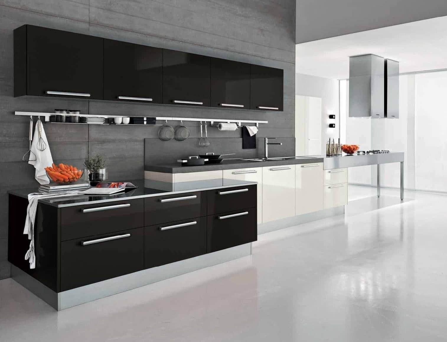 Фото черной тумбочки, на которой стоит тарелка с морковкой на черно белой кухне