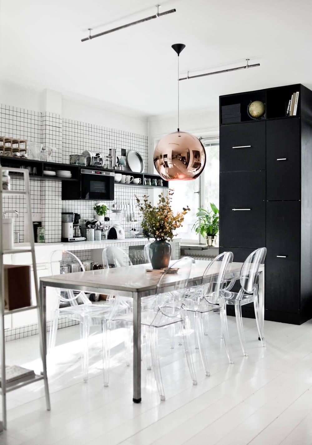 Фото черно белой кухни со множеством элементов