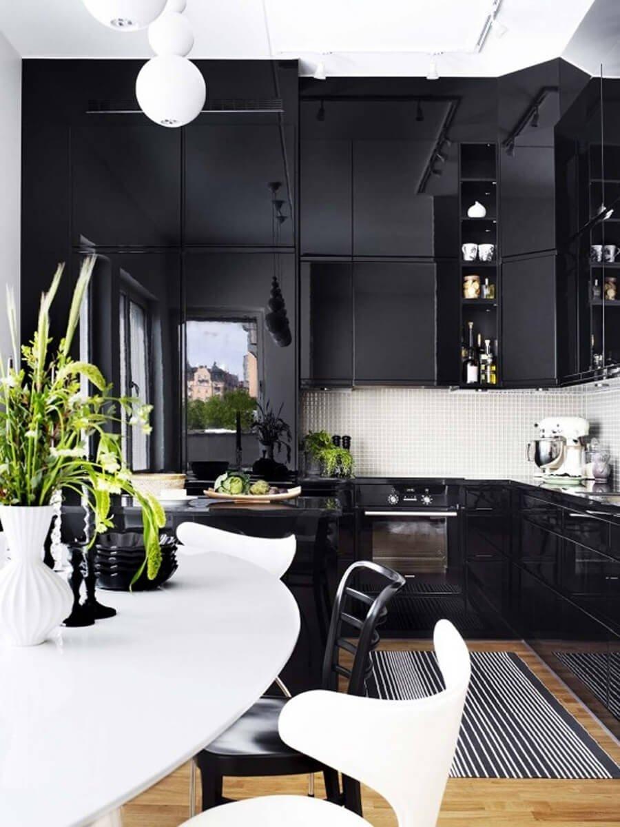 Дополнение дизайна черно белой кухни с помощью цветочных ваз