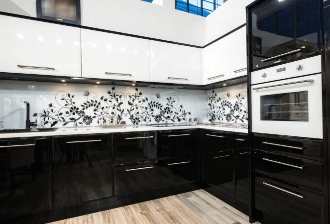 Фото черно белой кухни с черным цветочным узором