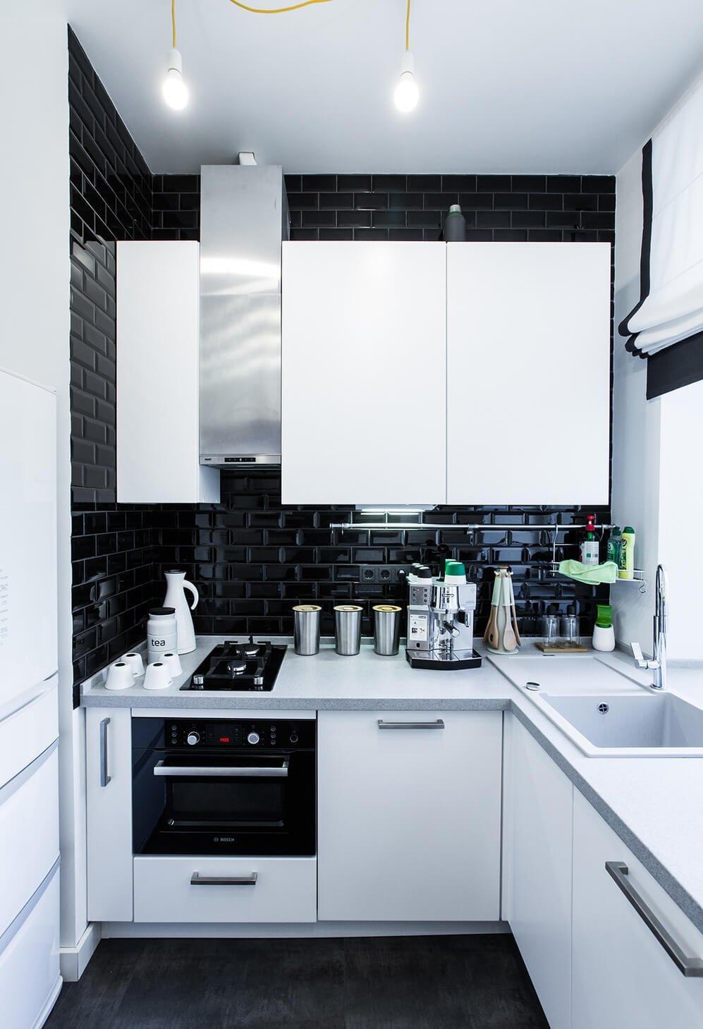Фото белой мебели на черной кухне