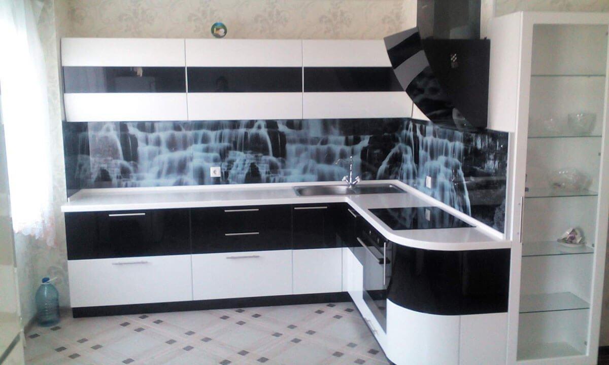 Фото кухни с одинаковым количеством черного и белого цветов