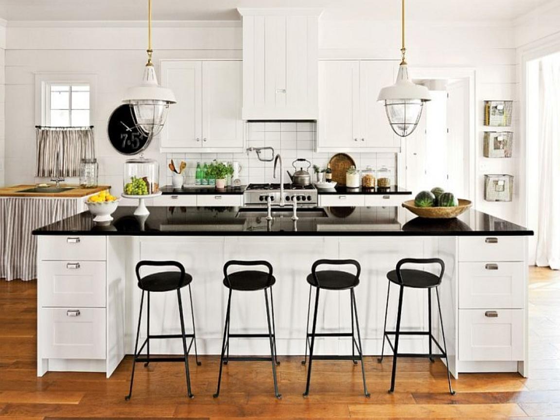 Фото белой кухни с черной столешницей