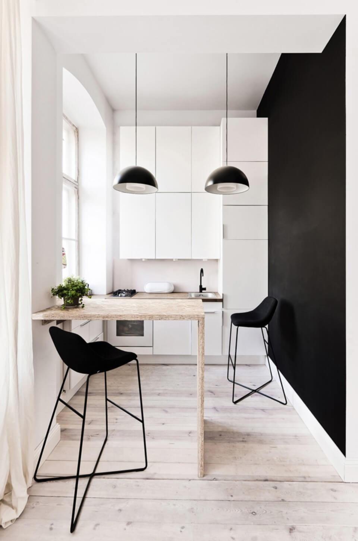Фото белой кухни с черными элементами