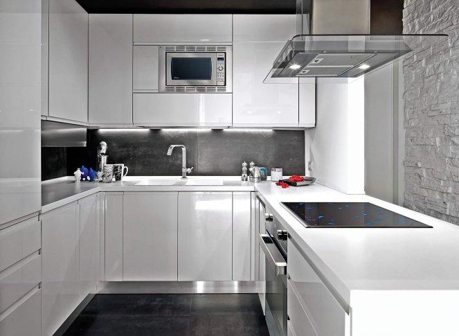 Фото черно белой кухни крупным планом