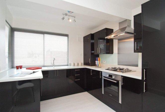 Фото черной мебели с белой столешницей на кухне