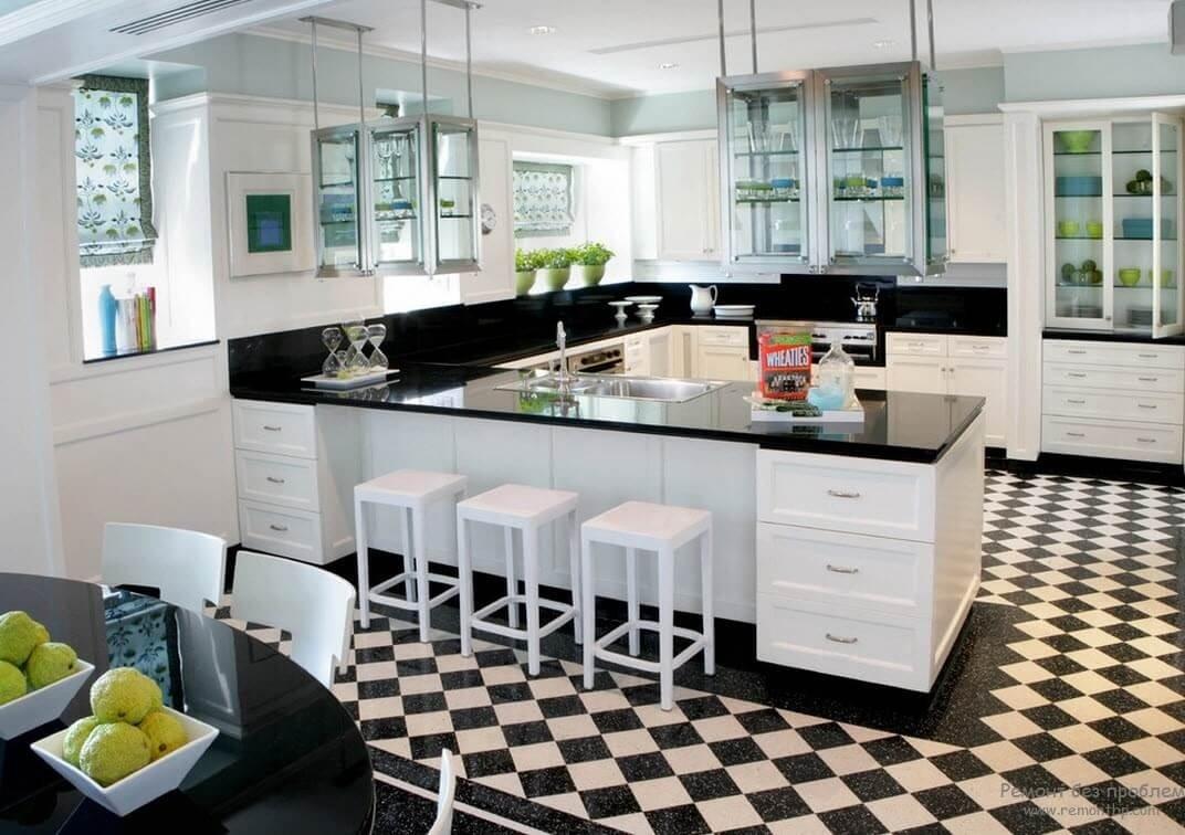 Фото черно белой кухни с шахматным полом