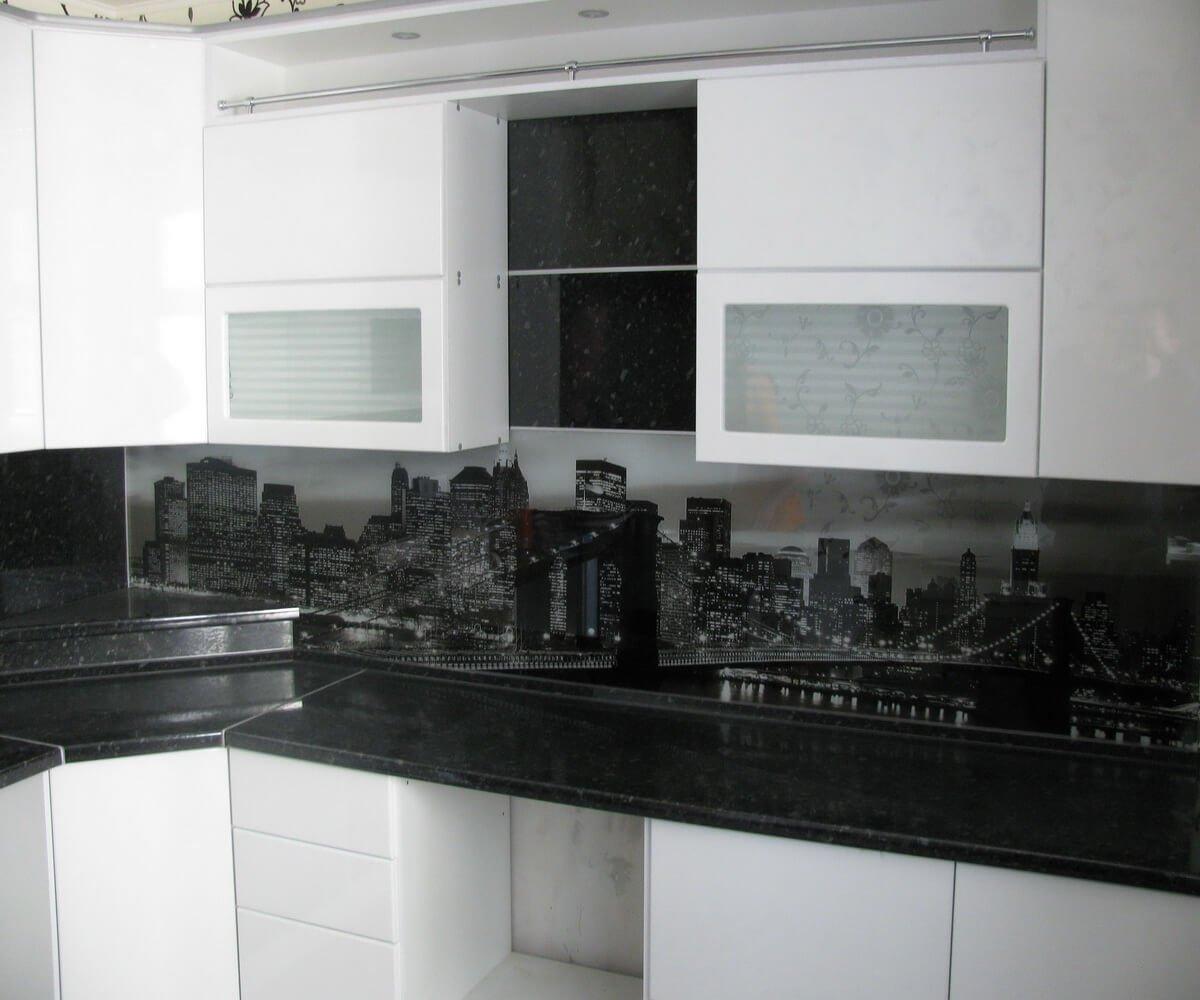 Фото черно белой кухни с принтом ночного города