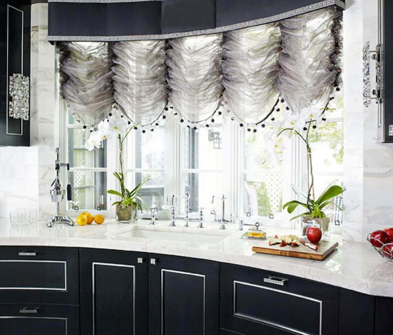 Фото темных французских штор на кухне