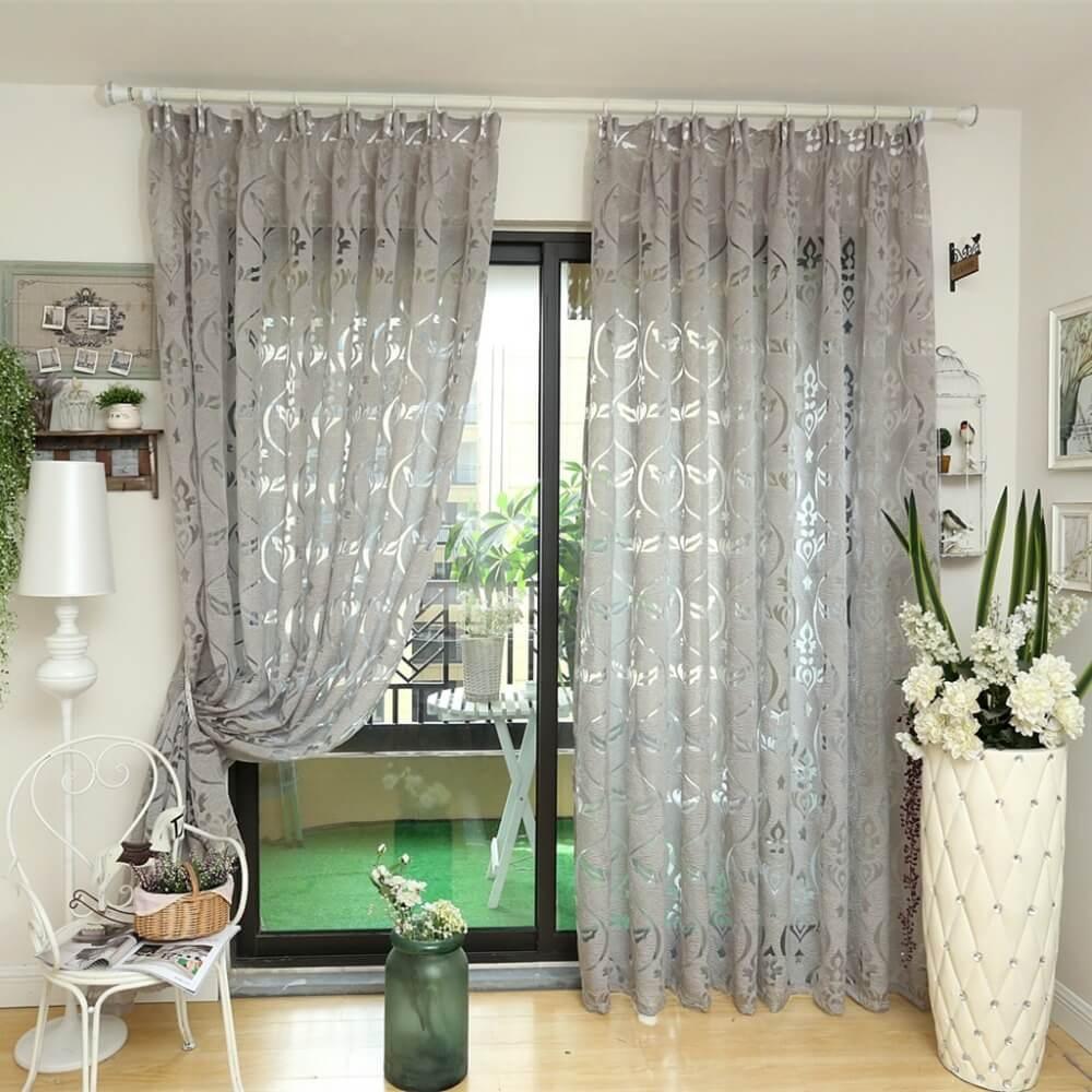Фото серебристых штор с узорами