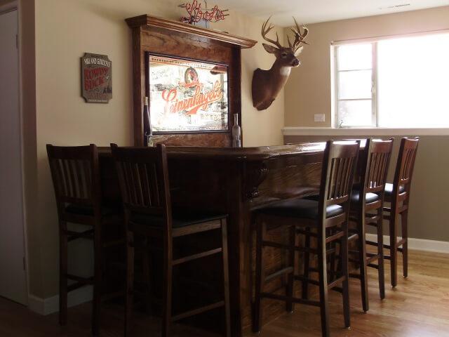 Фото деревянной барной стойки на кухне охотничьего домика