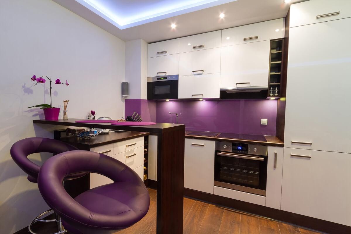 Фото барной стойки на кухне в ярких фиолетовых цветах