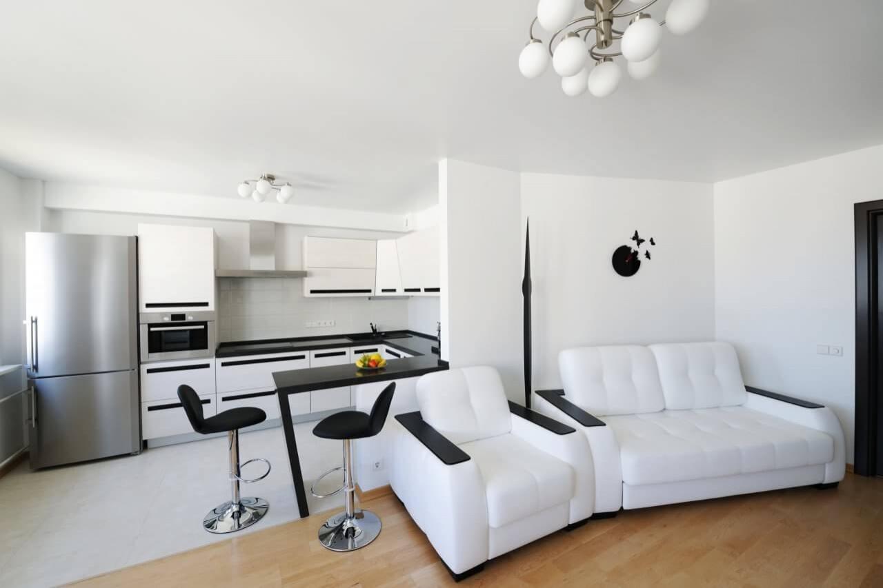 Фото черно-белой кухни с барной стойкой