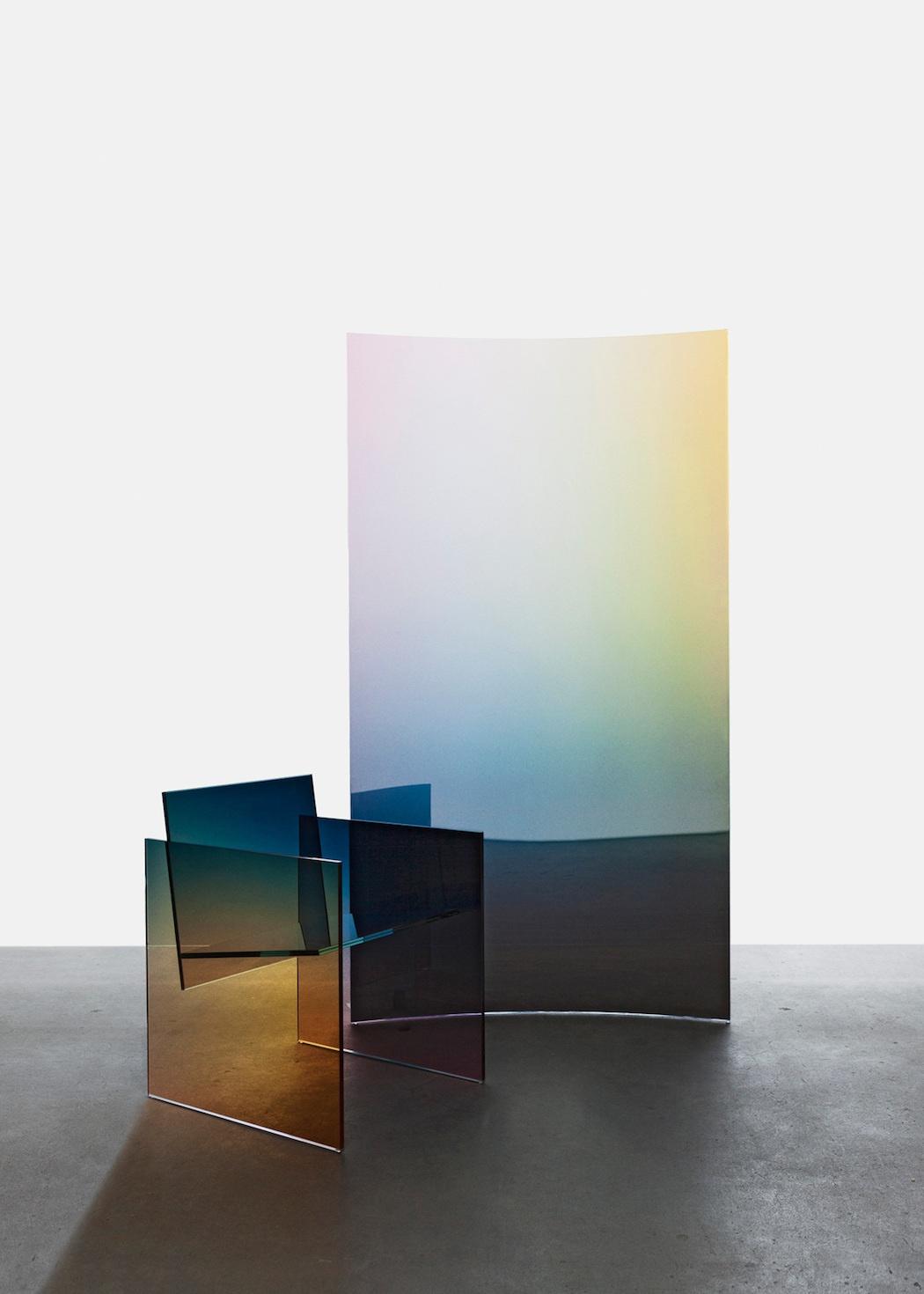 tall-horizon-screen-ombr-glass-chair_1200