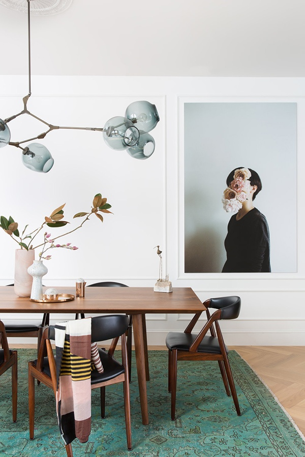 01-this-is-a-gorgeous-dining-room-with-an-airy-feel-touches-of-green-and-a-chic-mid-century-modern-dining-set_01