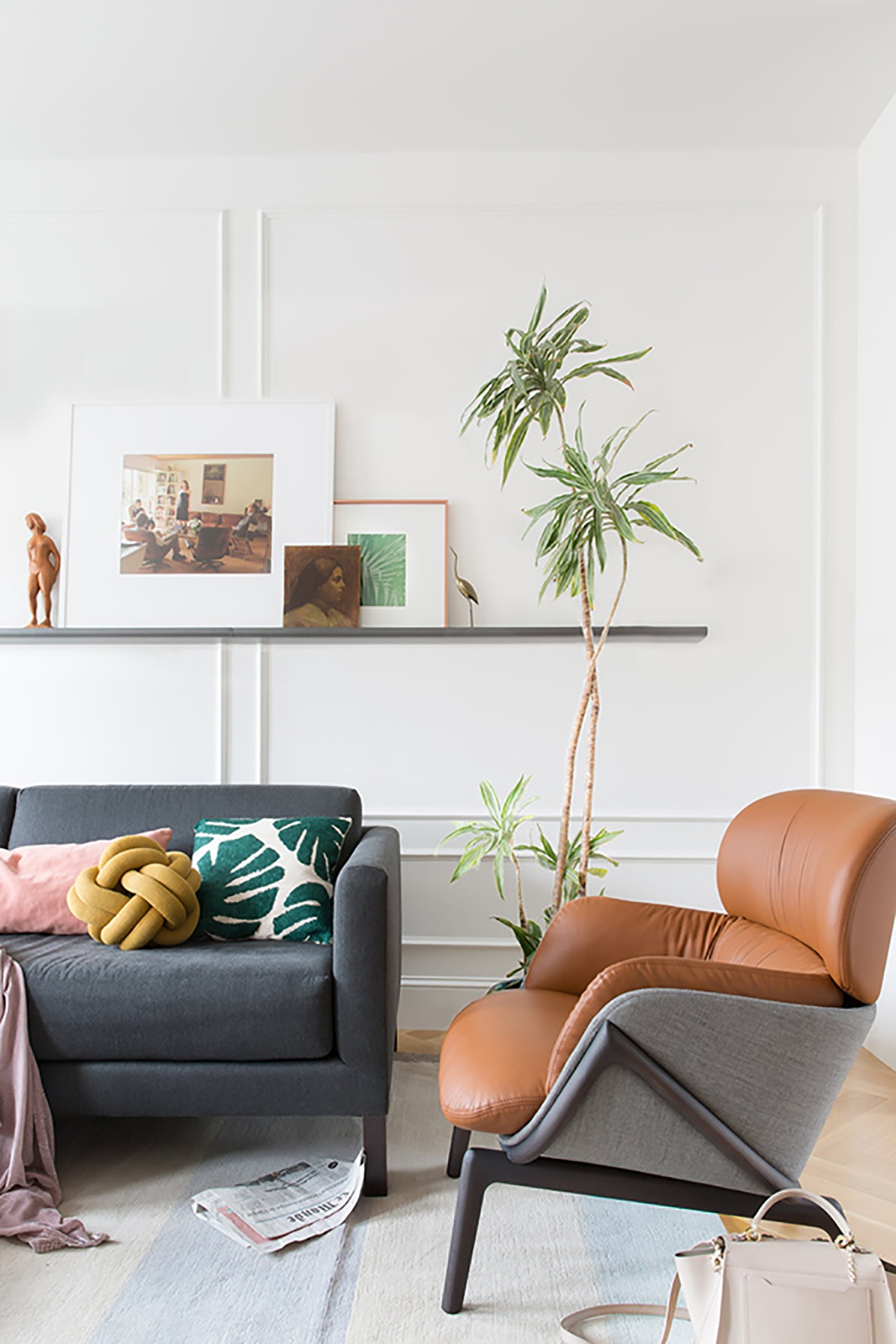 06-some-ledges-are-used-to-display-artworks-and-a-comfy-leather-chair-is-a-great-piece_01