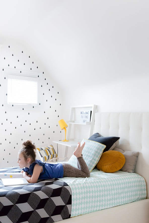 11-the-kids-room-features-pretty-printed-wallpaper-on-one-of-the-walls-and-some-geometric-details_01