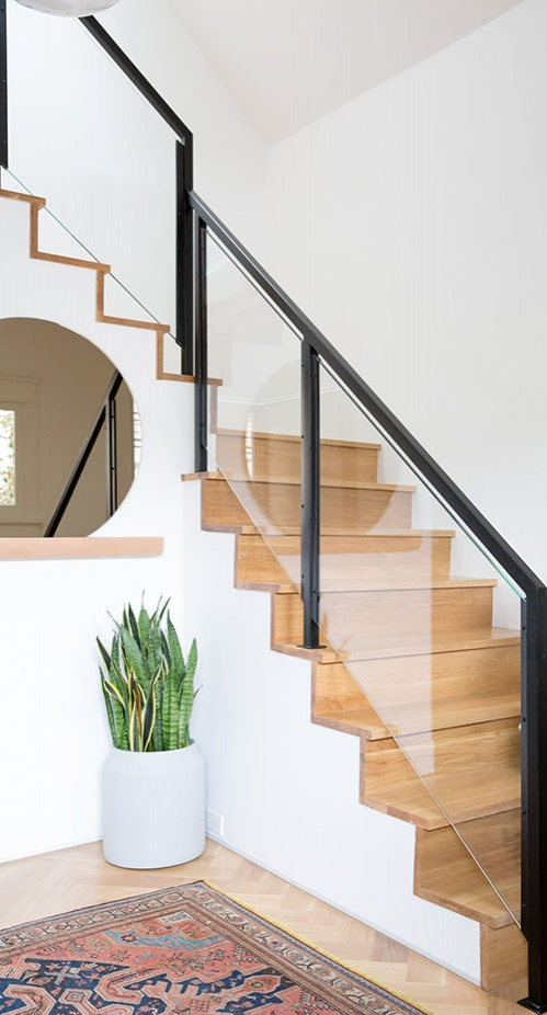 08-the-staircase-is-also-modern-with-a-black-frame-and-glass-banister-that-makes-it-super-chic_01