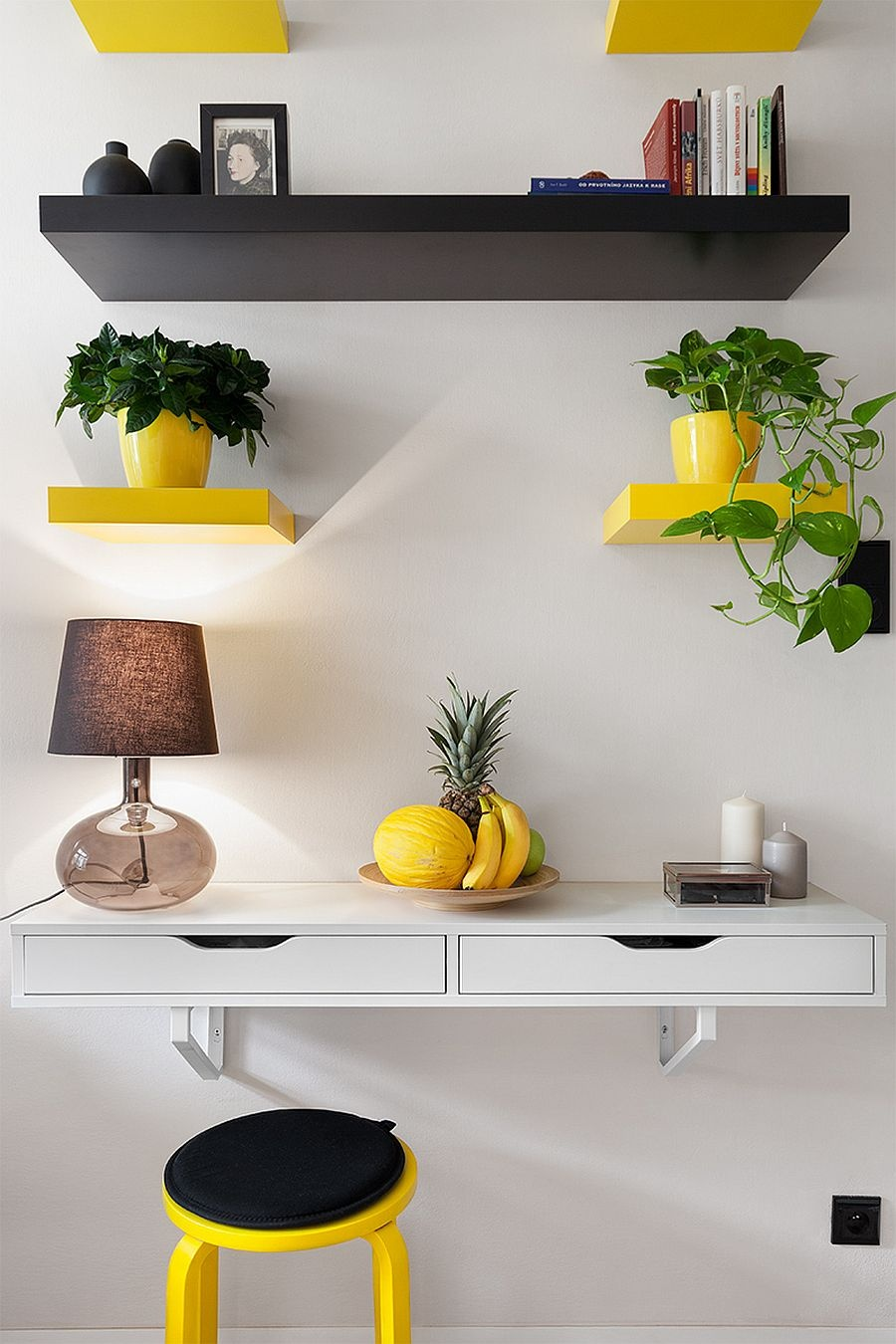pops-of-yellow-stand-out-more-vividly-thanks-to-the-neutral-backdrop_03