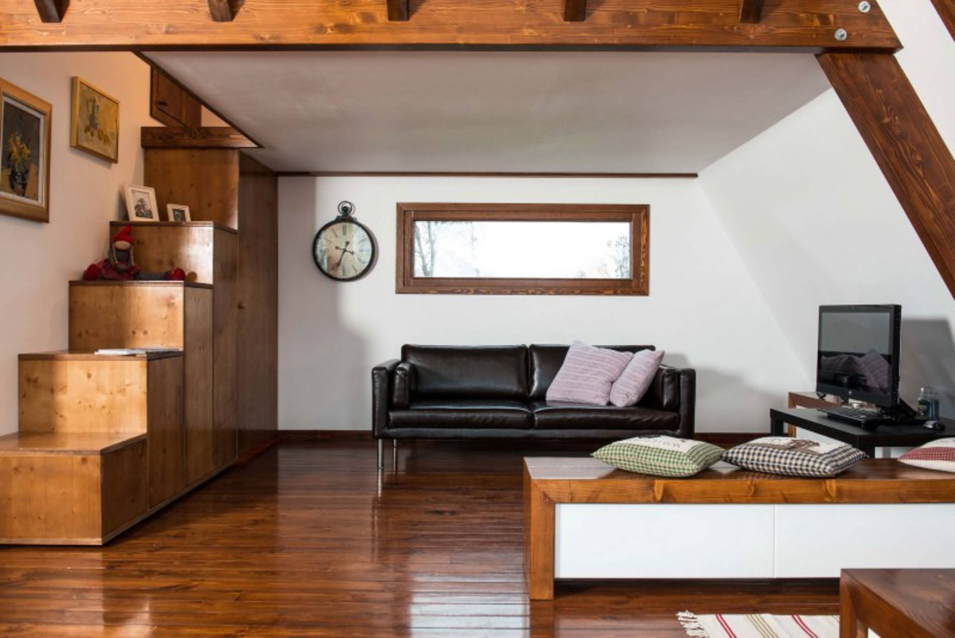 self-sustainable-home-living-room