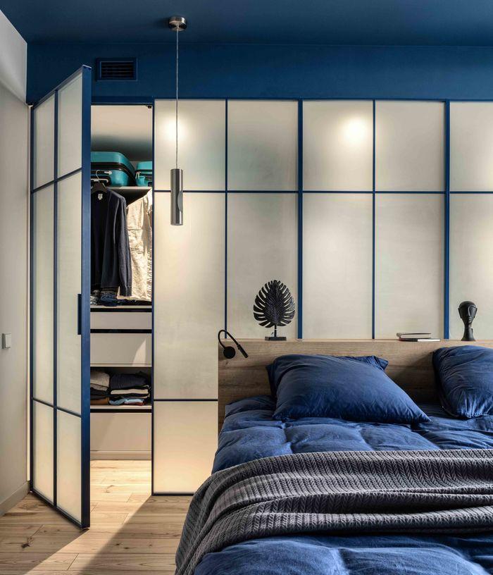 Когда в гардеробной горит свет, получается мягкая расслабляющая подсветка спальни.