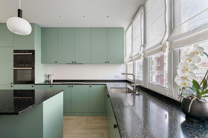 В зоне кухонного фартука нанесено защитное покрытие из микроцемента в цвет основных стен