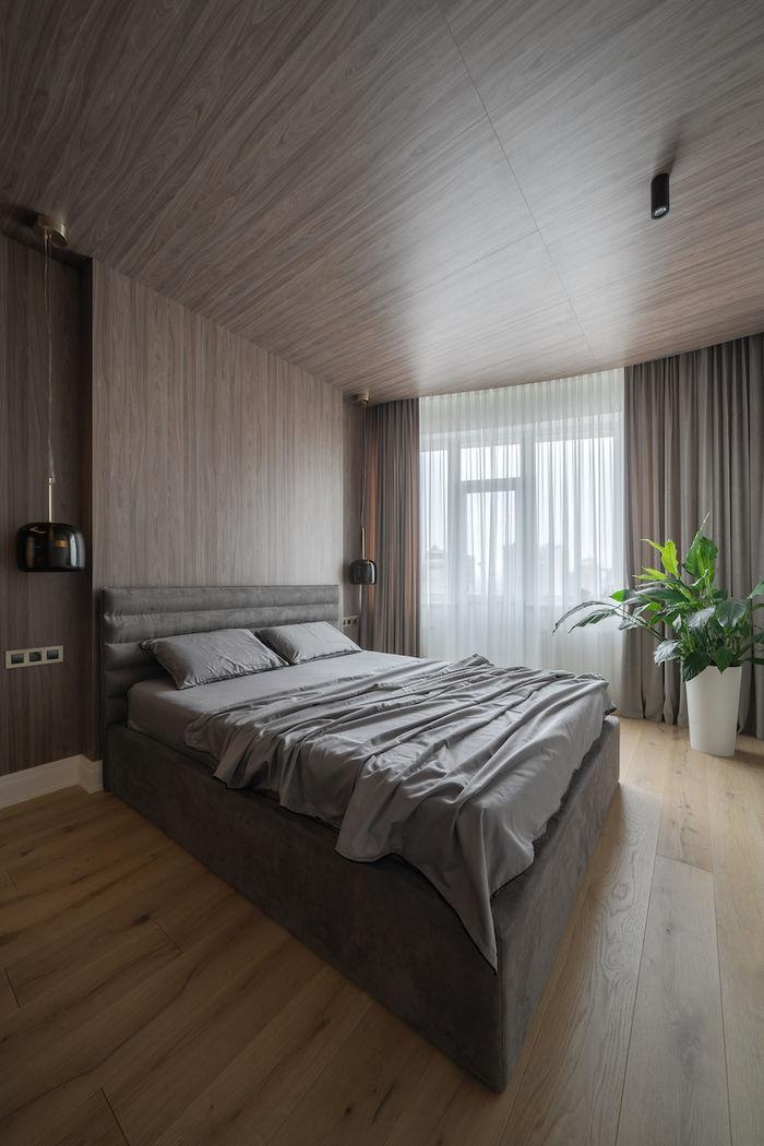 Материал отделки стены переходит на потолок, стирая границы полоскостей