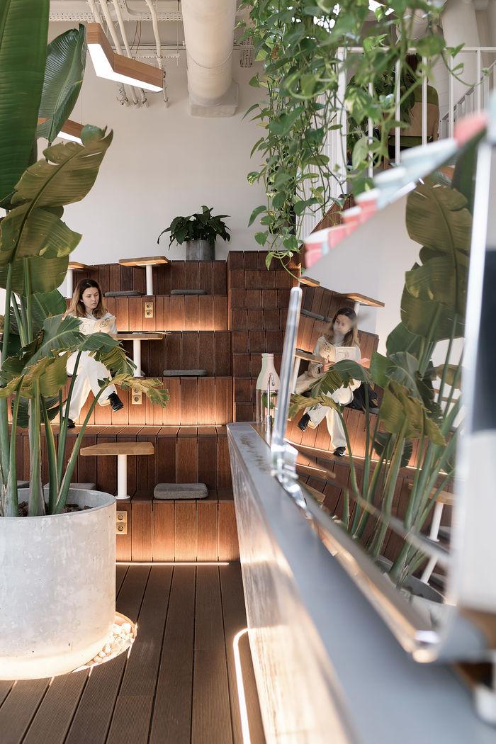 Мебель, кроме аудиториума, выполнена из светлых материалов