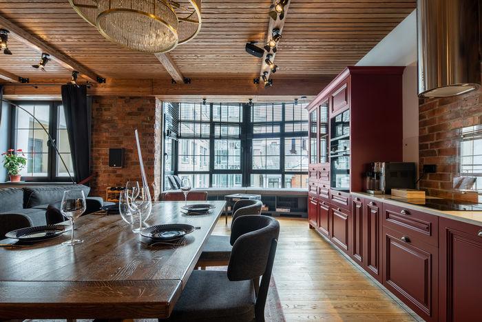 Объединение зон кухни, обеденной и гостиной визуально увеличило пространство