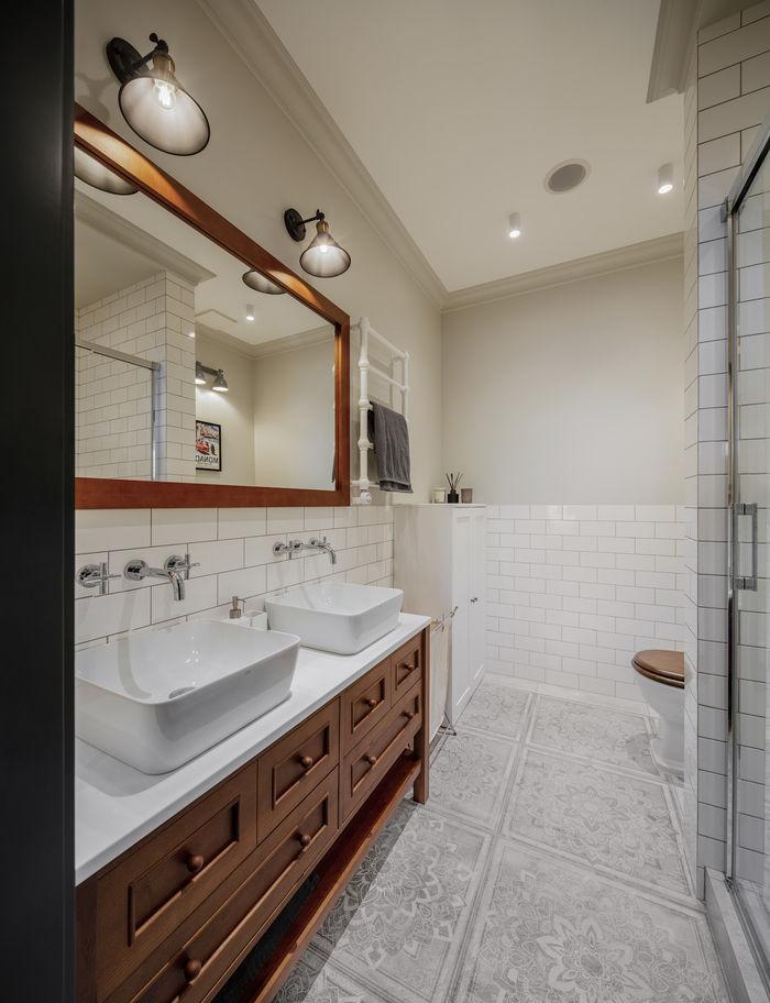 Мебель в ванной из натурального дерева