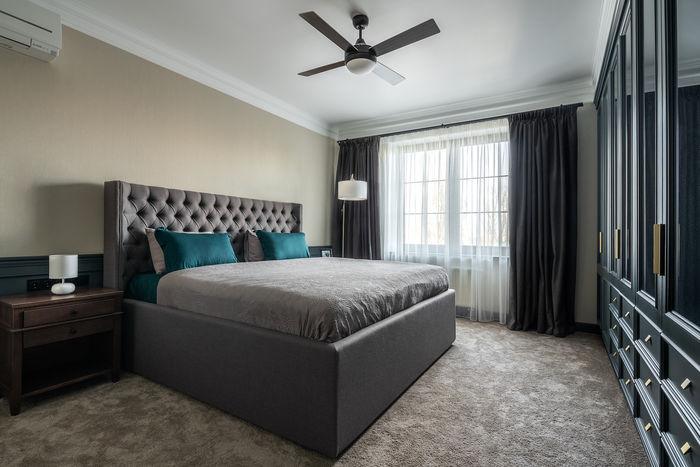 Спальня выполнена в спокойной цветовой гамме