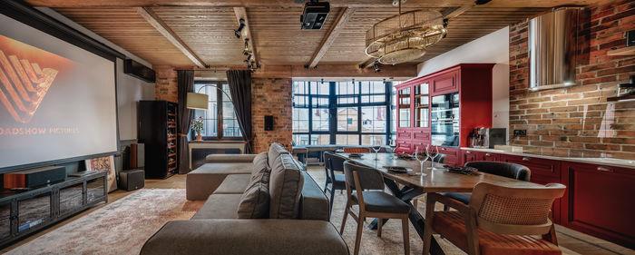 """Заказчики хотели, чтобы в основном помещении квартиры была несколько """"барная"""" атмосфера"""